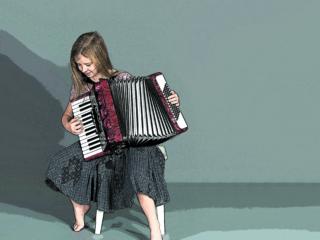 Girl accordionist playing an Accordion ; Shutterstock ID 689211451; Rivista/Pubblicazione: -; Azienda: -; Partita IVA IT00906801006: -